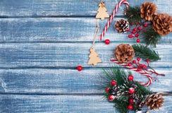 Bakgrund för nytt år med bär och med julkottar Royaltyfri Bild