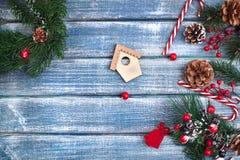 Bakgrund för nytt år med bär och med julkottar Royaltyfri Foto