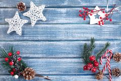 Bakgrund för nytt år med bär, stjärnor och med julkottar Arkivfoto
