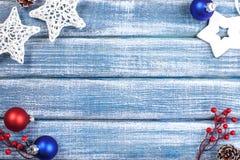 Bakgrund för nytt år med bär, stjärnor och med julkottar Royaltyfri Fotografi