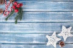 Bakgrund för nytt år med bär, stjärnor och med julkottar Arkivfoton