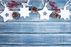 Bakgrund för nytt år med bär, stjärnor och med julkottar Royaltyfria Bilder
