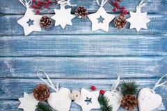 Bakgrund för nytt år med bär, stjärnor och med julkottar Royaltyfria Foton
