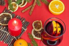 Bakgrund för nytt år med den kryddiga drinken och apelsiner Arkivbilder
