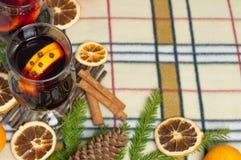 Bakgrund för nytt år med den kryddiga drinken och apelsiner Arkivbild
