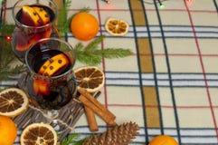 Bakgrund för nytt år med den kryddiga drinken och apelsiner Arkivfoton
