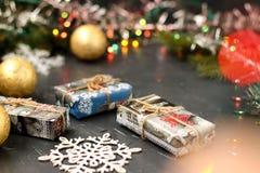 Bakgrund för nytt år med en julgran, gåvor, bollar och snöflingan arkivbilder