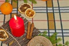 Bakgrund för nytt år med en stearinljus och apelsiner Royaltyfria Foton