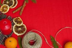 Bakgrund för nytt år med en stearinljus och apelsiner Fotografering för Bildbyråer