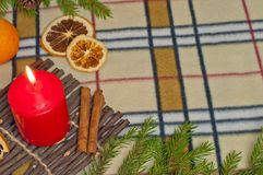 Bakgrund för nytt år med en stearinljus och apelsiner Royaltyfri Fotografi