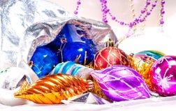 Bakgrund för nytt år med färgrika garneringar Royaltyfria Foton