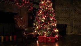 Bakgrund för nytt år med gåvor och blinkande girland på trädet arkivfilmer