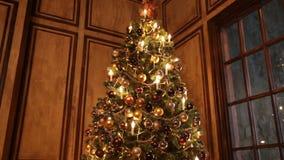 Bakgrund för nytt år med gåvor och blinkande girland på trädet lager videofilmer