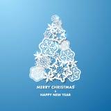 Bakgrund för nytt år med julgranen som göras av pappers- snöflingor Royaltyfria Foton