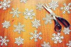 Bakgrund för nytt år med pappers- snöflingor Royaltyfria Foton