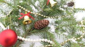Bakgrund för nytt år och julför en ferie av julgranen, kottar och prydnader Royaltyfria Foton
