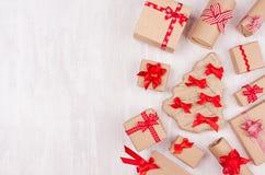 Bakgrund för nytt år - olika handgjorda askar för gåva för kraft papper med ljusa röda band och pilbågar på den vita träbakgrunde arkivbilder