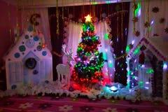 Bakgrund för nytt år som tar fotoet Begrepp för vinterferie, dekorerad julgran i inre av fotografi arkivbilder