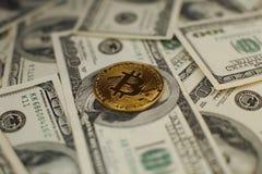 Bakgrund för pengar och för dollar Bitcoin för guld- mynt ny faktisk Cryptocurrency Affärs- och handelbegrepp Fotografering för Bildbyråer
