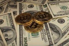 Bakgrund för pengar och för dollar Bitcoin för guld- mynt ny faktisk Cryptocurrency Affärs- och handelbegrepp Royaltyfria Bilder