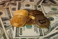 Bakgrund för pengar och för dollar Bitcoin för guld- mynt ny faktisk Cryptocurrency Affärs- och handelbegrepp Royaltyfria Foton