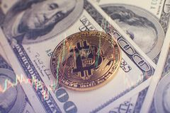 Bakgrund för pengar och för dollar Bitcoin för guld- mynt ny faktisk Cryptocurrency Affärs- och handelbegrepp Royaltyfri Foto