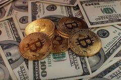 Bakgrund för pengar och för dollar Bitcoin för guld- mynt ny faktisk Cryptocurrency Affärs- och handelbegrepp Arkivbilder
