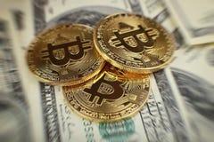 Bakgrund för pengar och för dollar Bitcoin för guld- mynt ny faktisk Cryptocurrency Affärs- och handelbegrepp Arkivfoton