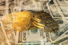 Bakgrund för pengar och för dollar Bitcoin för guld- mynt ny faktisk Cryptocurrency Affärs- och handelbegrepp Royaltyfri Fotografi