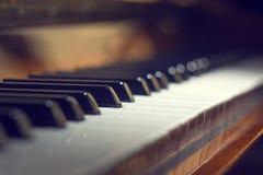 Bakgrund för pianotangentbord med den selektiva fokusen Royaltyfria Bilder
