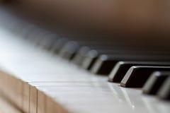 Bakgrund för pianotangentbord med den selektiva fokusen Arkivfoton