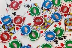 Bakgrund för pokerchiper och kort Royaltyfria Foton