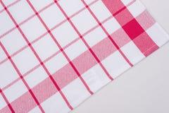 Bakgrund för produkt Kontrollerad bordduk i en röd och vit bur på texturerad yttersida Royaltyfri Bild