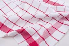 Bakgrund för produkt Kontrollerad bordduk i röd och vit bur på texturerad yttersida, sikt från över Fotografering för Bildbyråer