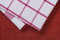Bakgrund för produkt Kontrollerad bordduk i röd och vit bur på texturerad yttersida, sikt från över Royaltyfri Foto