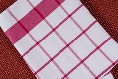 Bakgrund för produkt Kontrollerad bordduk i röd och vit bur på texturerad yttersida, sikt från över Royaltyfria Bilder