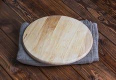 Bakgrund för produktmontage Töm det runda träbrädet med bordduken royaltyfri foto