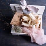 Bakgrund för Provence stilbröllop Tappning bläddrar, kuvert, keramisk hjärta med rosa silke snör åt i den vita träasken Royaltyfri Foto