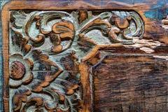 Bakgrund för prydnad för tappningBalinese traditionell träsnida royaltyfria foton