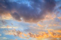 Bakgrund för rött moln och för blå himmel Dramatisk solnedgånghimmel började att ändra från blått till apelsinen arkivbild