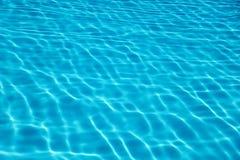Bakgrund för reflexion för simbassängvattensol krusningsvatten Arkivbilder