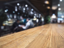 Bakgrund för restaurang för stång för räknare för tabellöverkant med bartendern Arkivbilder