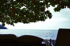 Bakgrund för sikt för hav för vardagsrum för Chaise för strandfilialskugga fotografering för bildbyråer