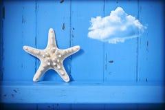 Bakgrund för sjöstjärnamolnblått Royaltyfri Bild