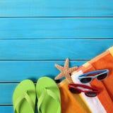 Bakgrund för solglasögon för strandobjektflipflops blå wood Royaltyfri Bild