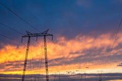 Bakgrund för solnedgång för himmel för högt spänningspoltorn brinnande Royaltyfri Fotografi