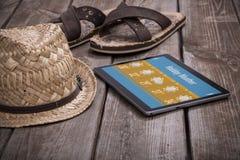 Bakgrund för sommarferie med den digitala minnestavlan på trätabellen arkivbild