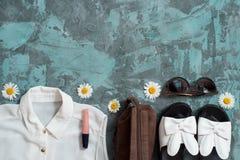 Bakgrund för sommarferie, för strandkvinnor för lägenhet lekmanna- tillbehör för ` s: sugrörhatt, armband, lädersandaler, solexpo Royaltyfri Fotografi