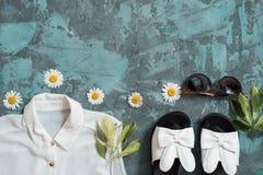 Bakgrund för sommarferie, för strandkvinnor för lägenhet lekmanna- tillbehör för ` s: sugrörhatt, armband, lädersandaler, solexpo Royaltyfria Foton
