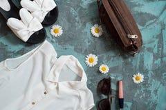 Bakgrund för sommarferie, för strandkvinnor för lägenhet lekmanna- tillbehör för ` s: sugrörhatt, armband, lädersandaler, solexpo Royaltyfri Bild